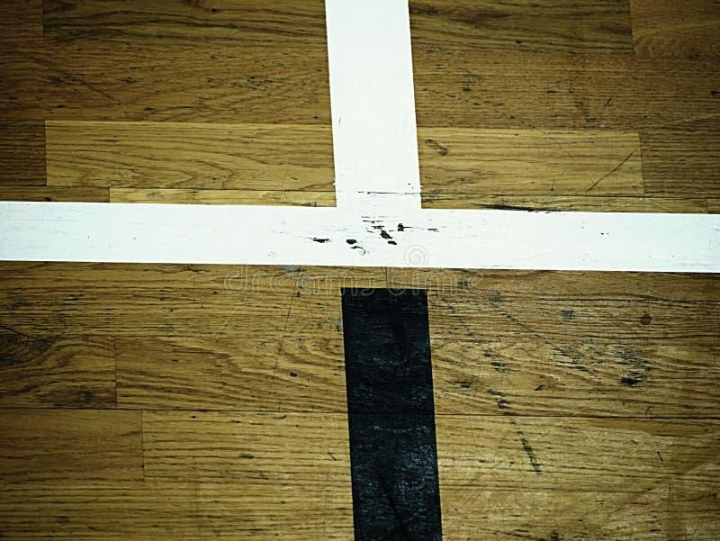Piso de Pasillo en un gimnasio con las líneas cruzadas Líneas de contorno de patios del baloncesto y del balonmano fotos de archivo