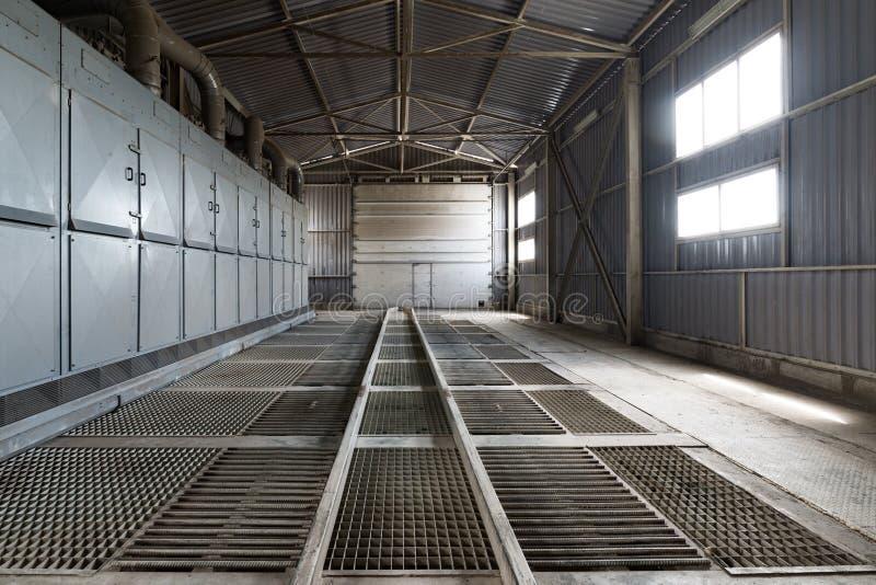 Piso grande del enrejado del hangar imagen de archivo