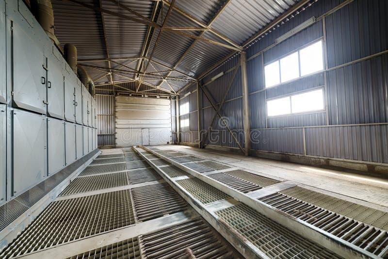 Piso grande del enrejado del hangar imagen de archivo libre de regalías
