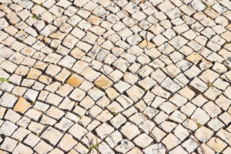Piso portugués típico hecho de pequeños pedazos de piedra brillante imagen de archivo libre de regalías