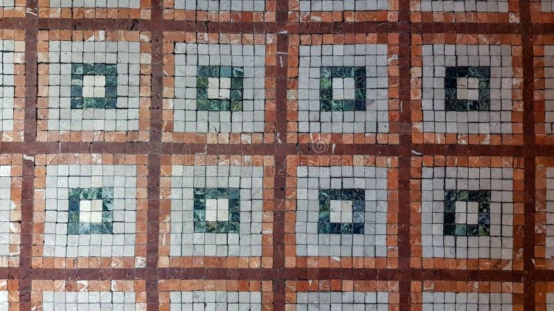 Piso retro de mosaico del estilo tejado por los pequeños pedazos cuadrados imagen de archivo