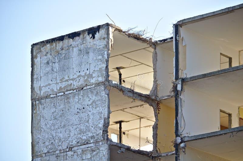 Piso superior de una construcción de viviendas abandonada en curso de demolición con los agujeros grandes en las paredes foto de archivo