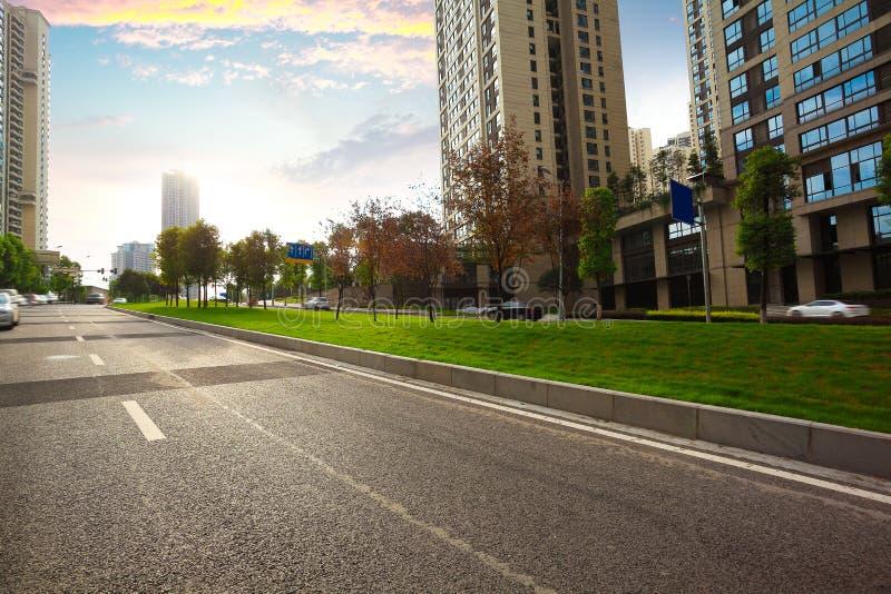Piso vacío de la superficie de la carretera con los edificios del streetscape de la ciudad fotos de archivo