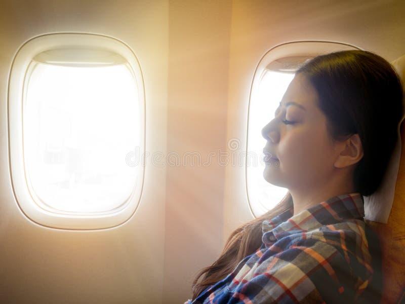 Pisolino asiatico casuale castana stanco di signora immagini stock libere da diritti