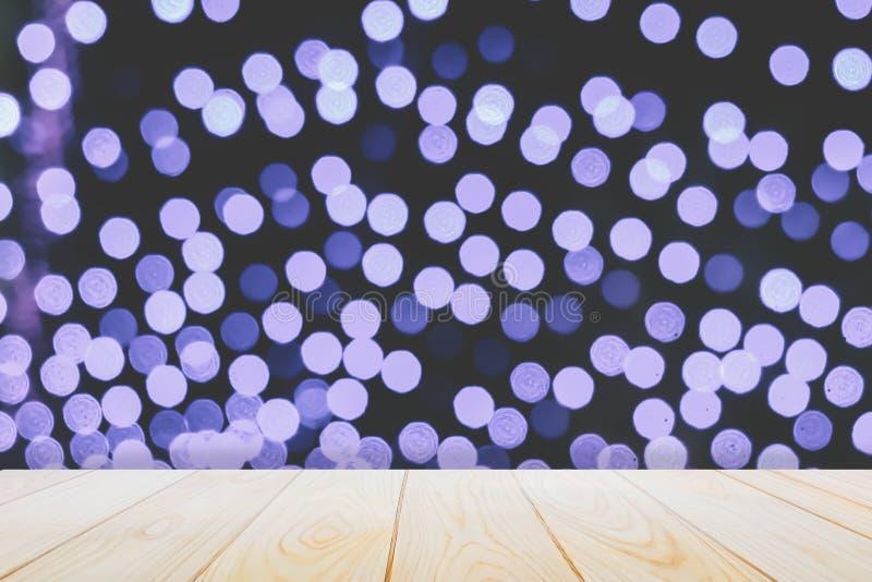 Pisos de madera vacíos de la tabla en el fondo azul abstracto de la luz de la noche del bokeh para una decoración festiva de la N foto de archivo libre de regalías