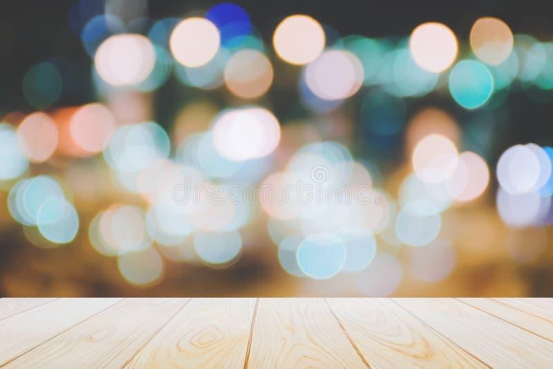 Pisos de madera vacíos de la tabla en el fondo colorido abstracto de la luz de la noche del bokeh para una decoración festiva de  foto de archivo