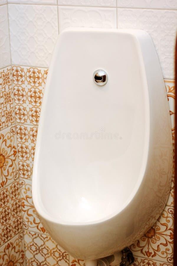 Pissoir ceramico bianco in un wc classico fotografie stock libere da diritti