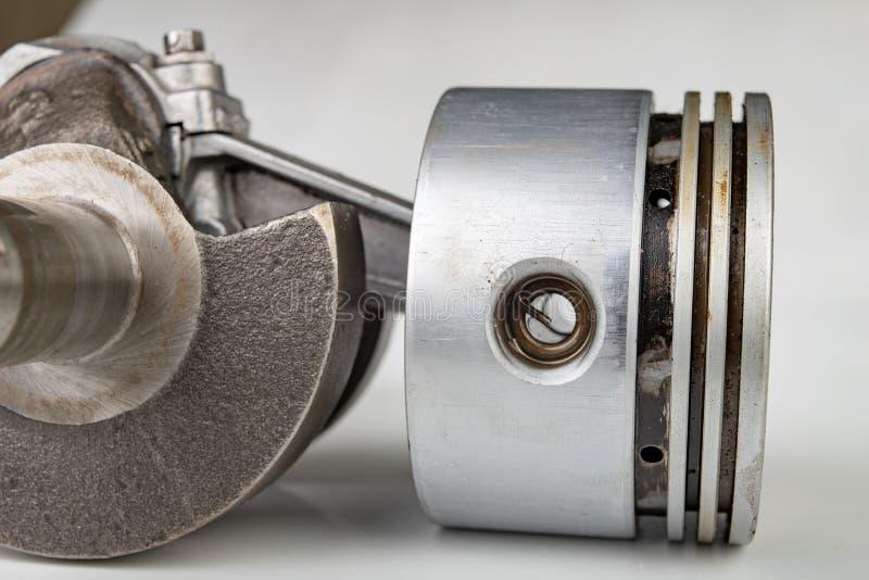 Pistão e haste de conexão de um motor de combustão pequeno Os componentes precisaram para a montagem um gerador de alta potência fotografia de stock