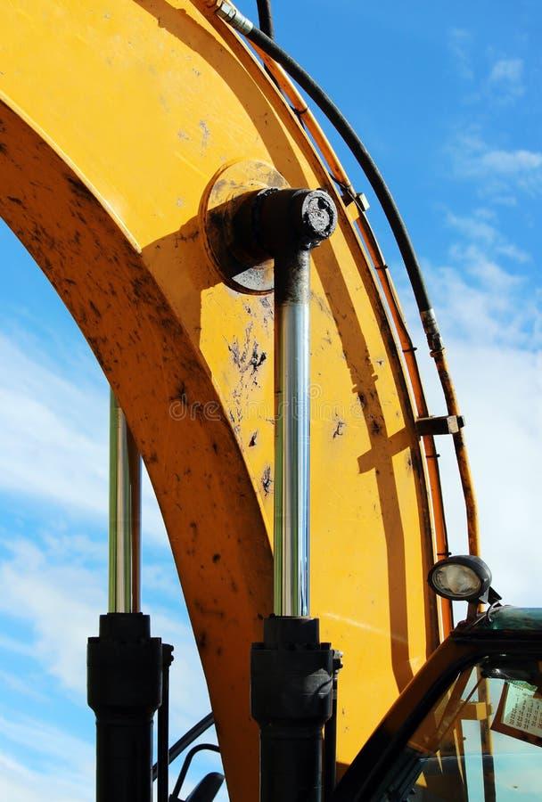 pistão hidráulico de aço a crane, que levanta e abaixa a laje de cimento durante o trabalho do reparo foto de stock
