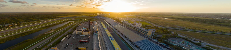 Pista aérea do estrada da herdade de Miami da imagem no por do sol imagens de stock royalty free