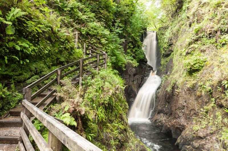 Pista all'aperto della traccia del sentiero per pedoni con il recinto di legno accanto ad una piccola f fotografia stock libera da diritti