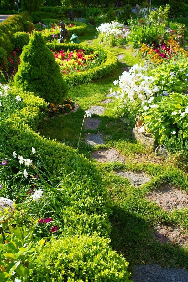 Pista in bello giardino fotografia stock libera da diritti