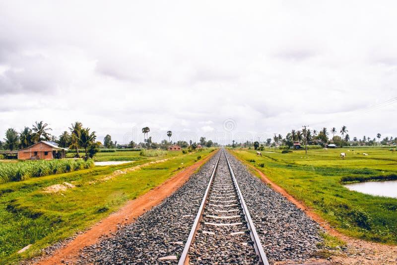 Pista cambogiana del treno vicino a Kampot in cui milioni sono stati uccisi durante il Khmer Rouge immagini stock