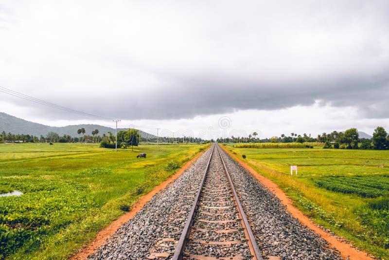 Pista cambogiana del treno vicino a Kampot in cui milioni sono stati uccisi durante il Khmer Rouge fotografia stock libera da diritti