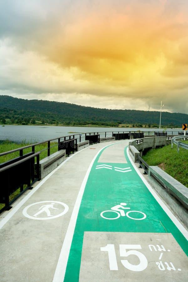 pista ciclabile con il lago accanto fotografia stock libera da diritti