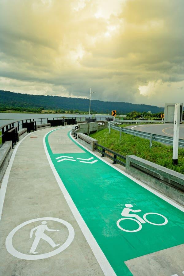 pista ciclabile con il lago accanto fotografie stock libere da diritti