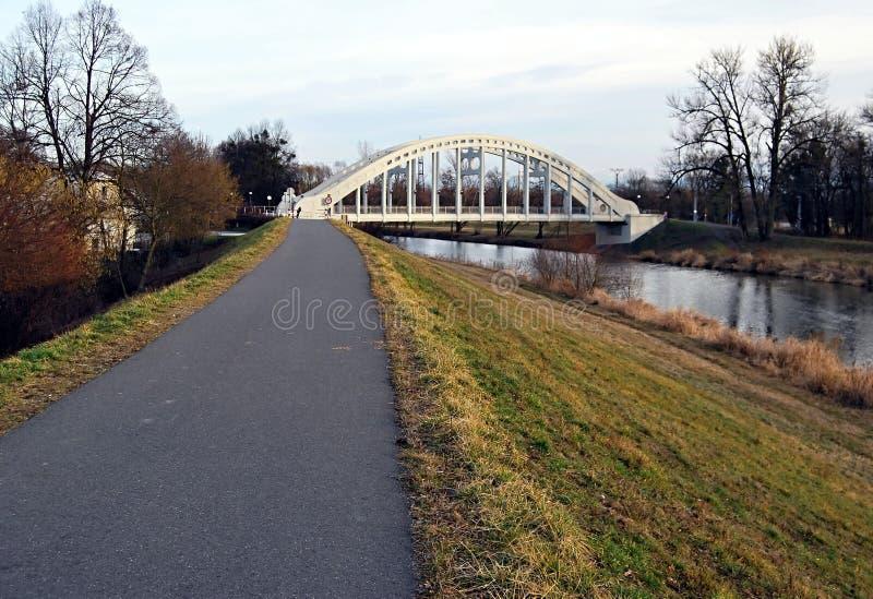 Pista ciclabile con il ponte ed il fiume di Olse fotografia stock