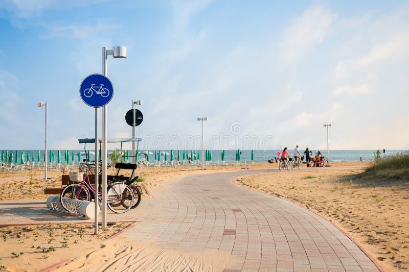 Pista ciclabile con il segnale vicino alla spiaggia fotografie stock