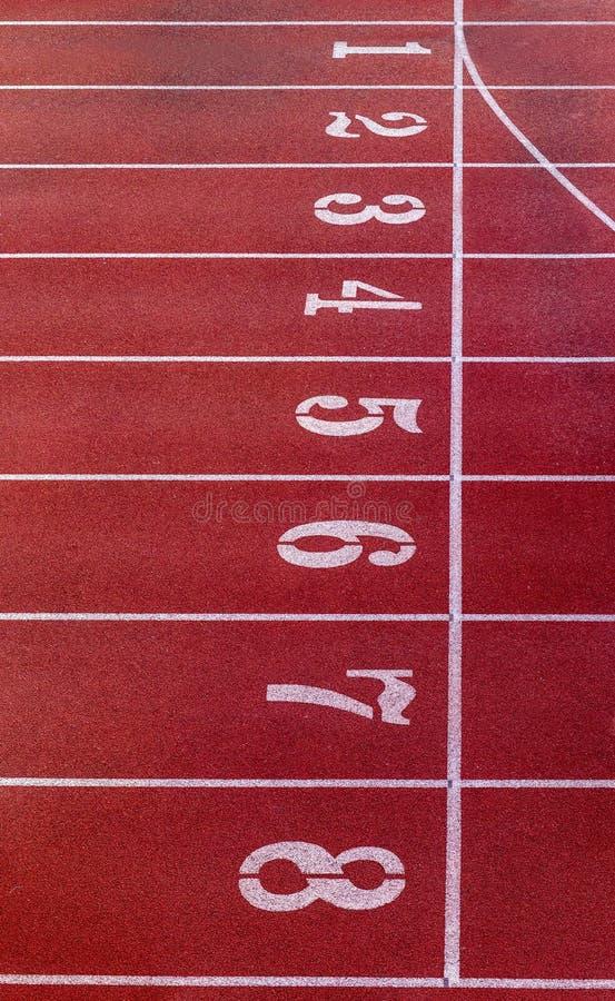 Pista corrente con il numero Pista corrente rossa in stadio piste correnti di gomma in stadio all'aperto fotografie stock