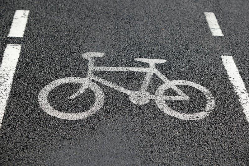 Pista da bicicleta Bicicleta do sinal de estrada na estrada Cópia no betume de superfície fotos de stock