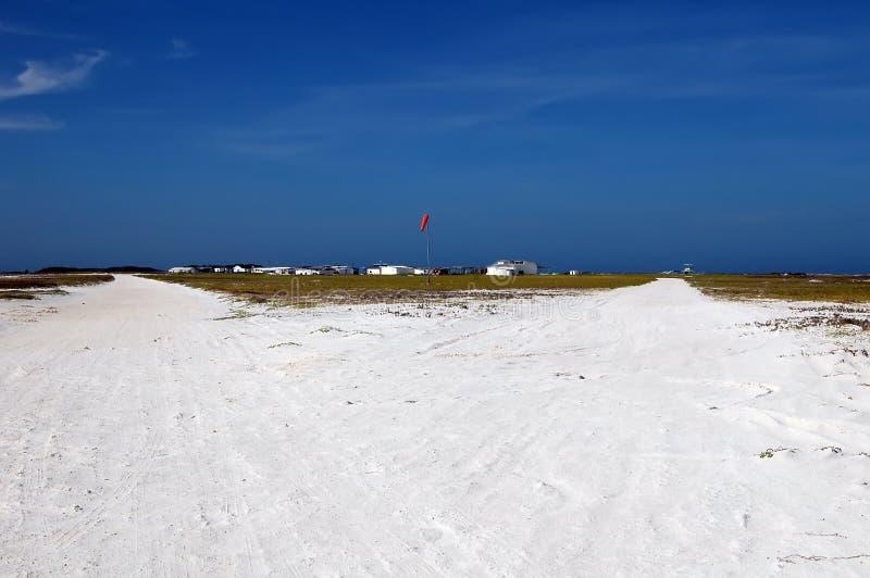 Pista de aterrizaje blanca de la arena fotografía de archivo libre de regalías