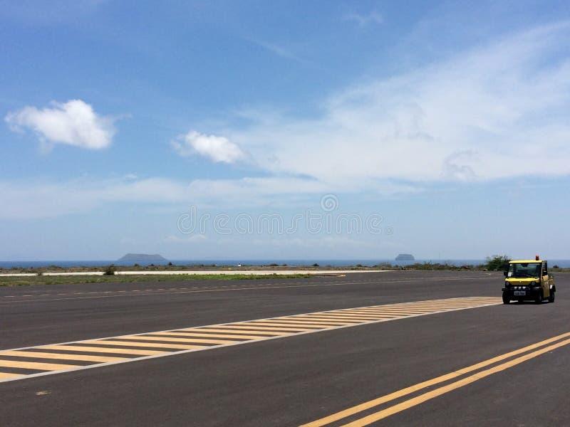 Pista, pista de aterrizaje en el terminal de aeropuerto con la marca en el cielo azul con el fondo de las nubes Concepto de la av imagen de archivo libre de regalías