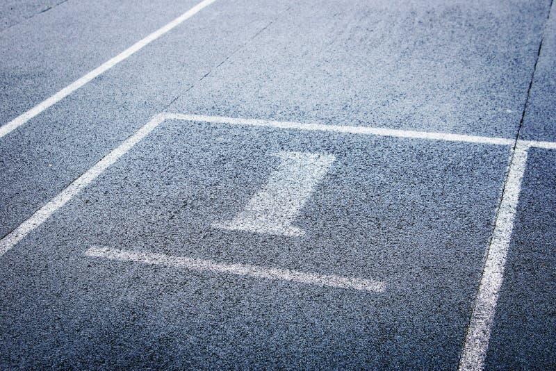 Pista de atletismo atlética com número um imagens de stock royalty free
