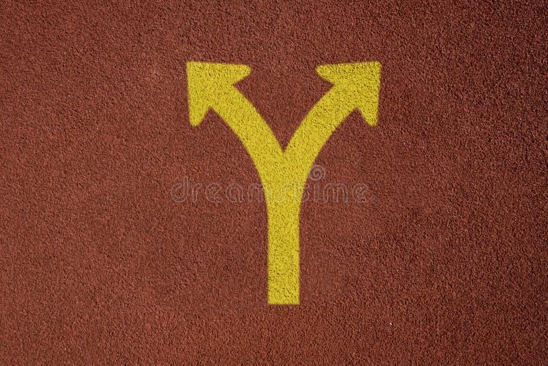 Pista de atletismo com maneira amarela da decisão empresarial do conceito do sinal da forquilha imagem de stock