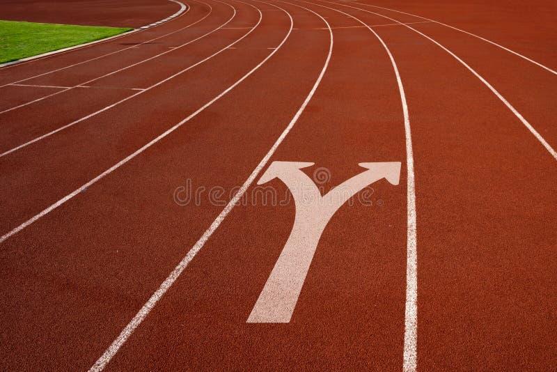Pista de atletismo com maneira da decisão empresarial do conceito do sinal da forquilha fotos de stock royalty free