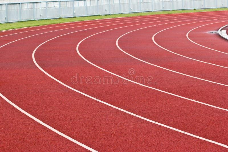 Pista de atletismo e anfiteatro novos. imagens de stock