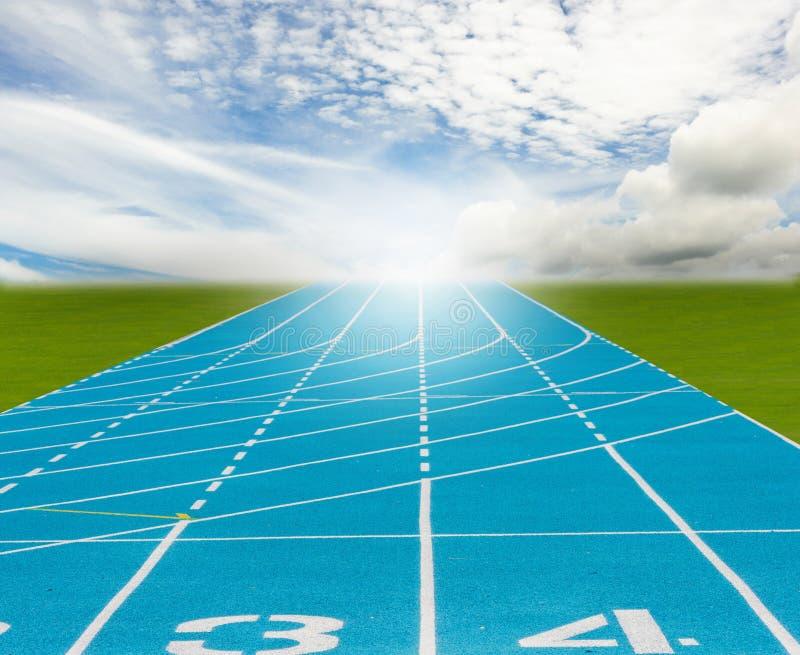 Pista de atletismo nova azul foto de stock