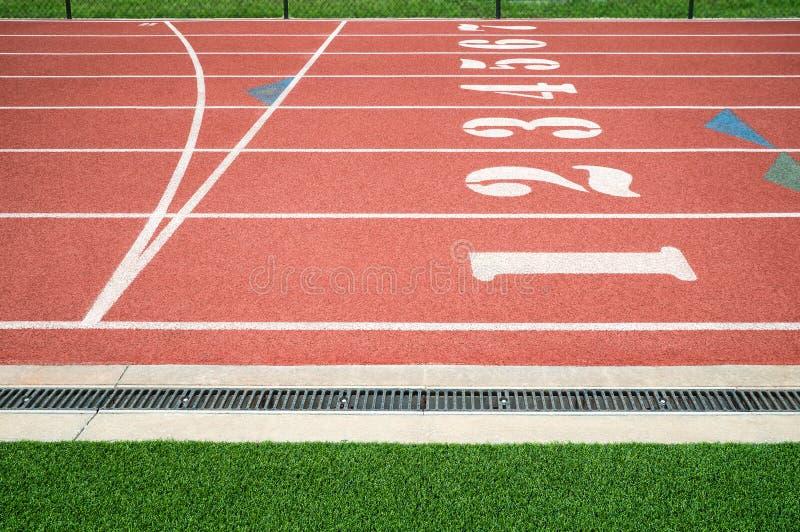 Pista de atletismo ou linha do começo do revestimento da trilha do atletismo imagens de stock royalty free
