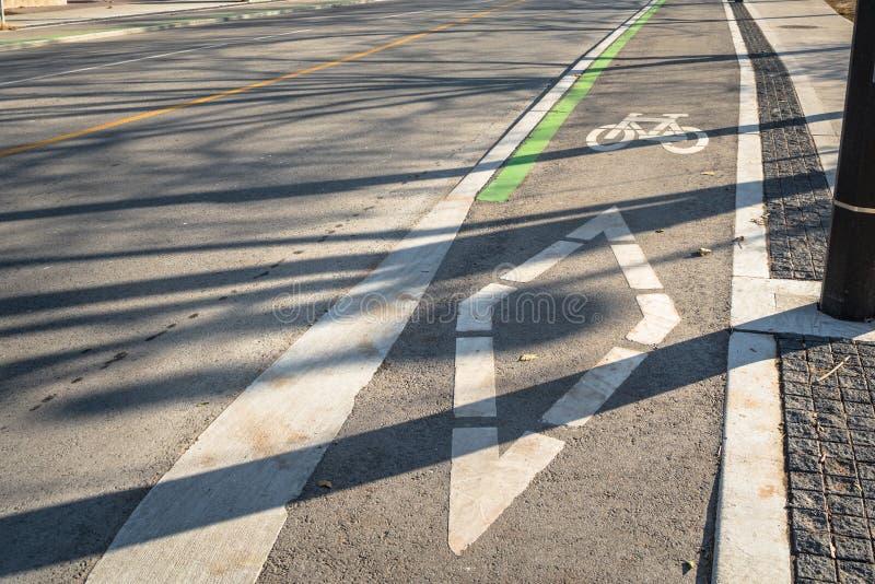 Pista de bicicleta com os símbolos pintados no asfalto fotos de stock