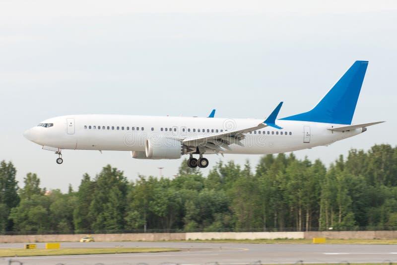 Pista de decolagem civil da aterrissagem de avião do passageiro no aeroporto internacional fotografia de stock royalty free