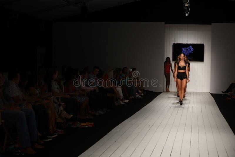 Pista de decolagem da caminhada dos modelos no fato da nadada do desenhista durante o desfile de moda de Furne Amato fotos de stock royalty free