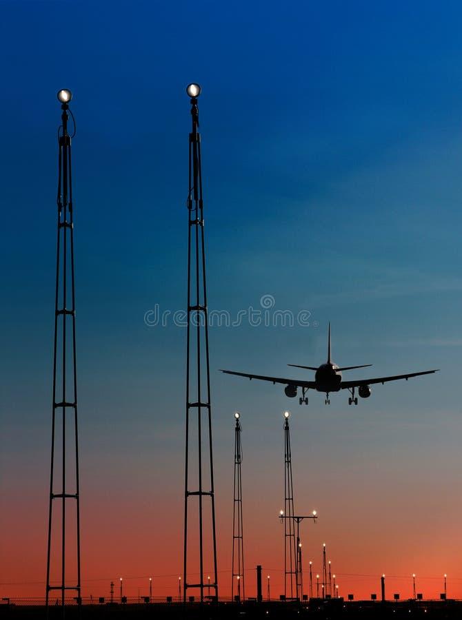 Pista de decolagem de aproximação do avião fotos de stock