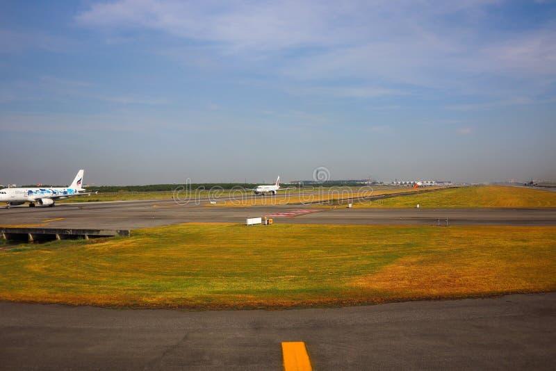 Pista de decolagem do aeroporto foto de stock royalty free