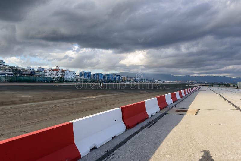 Pista de decolagem do aeroporto de Gibraltar sob nuvens tormentosos fotos de stock royalty free