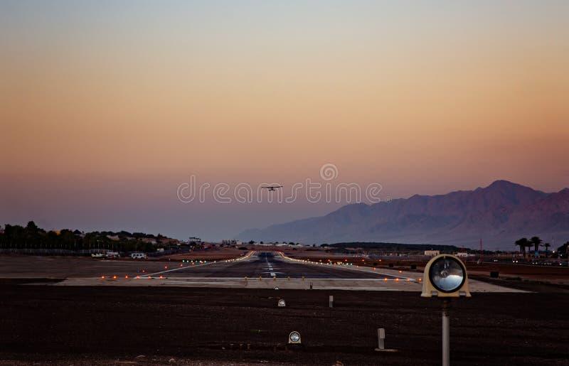 Pista de decolagem do aeroporto na noite foto de stock