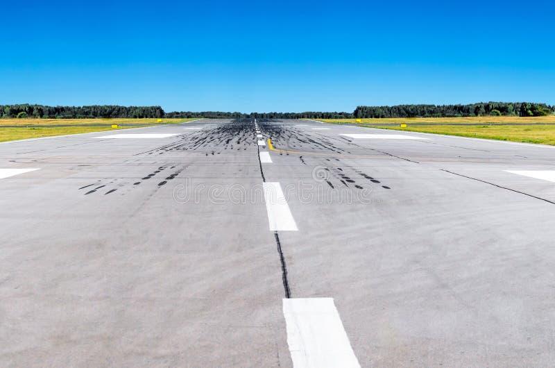 Pista de decolagem no aeroporto e na aviação conceptual do céu azul imagens de stock royalty free