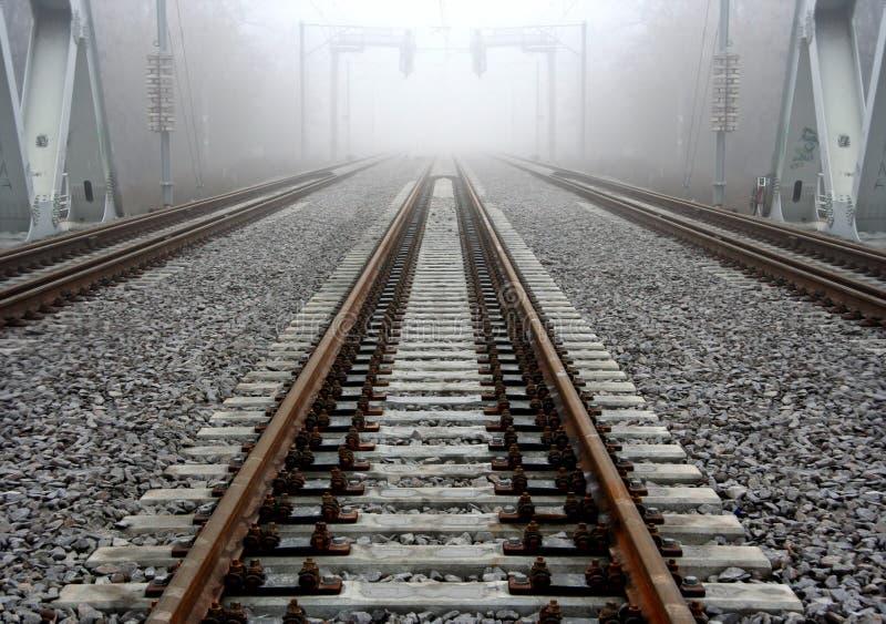 Pista de ferrocarril brumosa foto de archivo