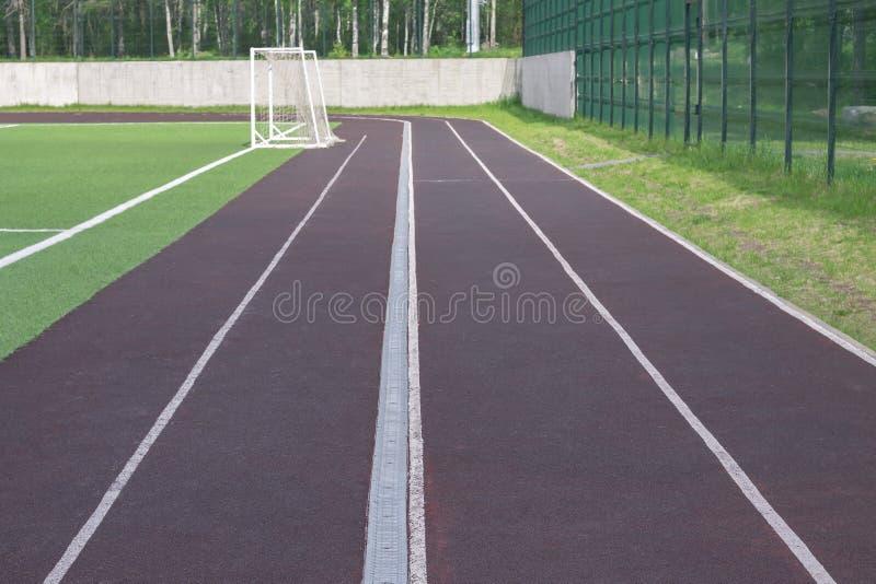 Pista de funcionamiento para el atletismo alrededor del estadio foto de archivo libre de regalías
