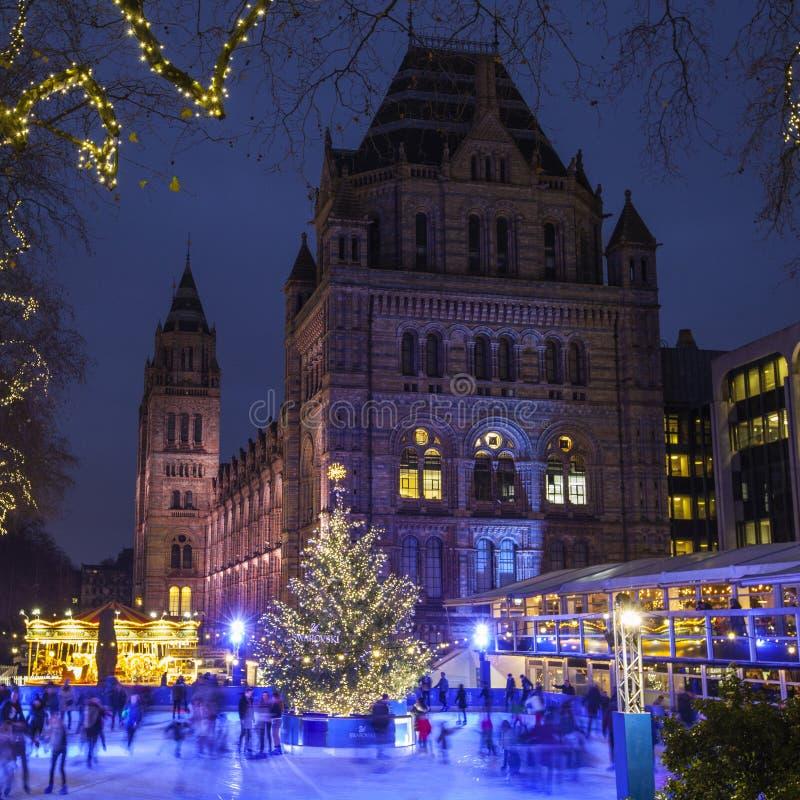 Pista de gelo do Natal no museu da história natural em Londres imagens de stock royalty free