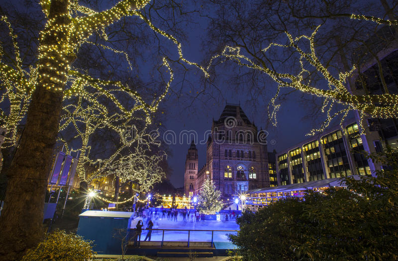 Pista de gelo do Natal no museu da história natural em Londres imagem de stock