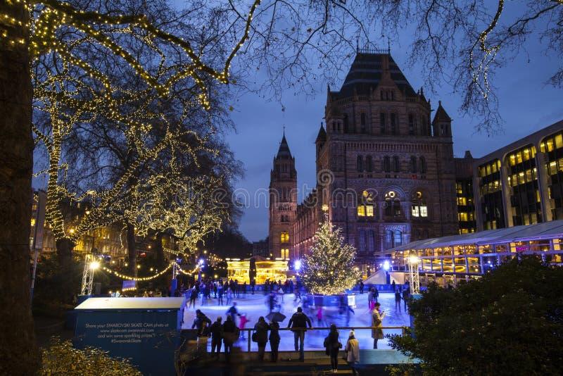 Pista de hielo de la Navidad en el museo de la historia natural en Londres fotografía de archivo libre de regalías