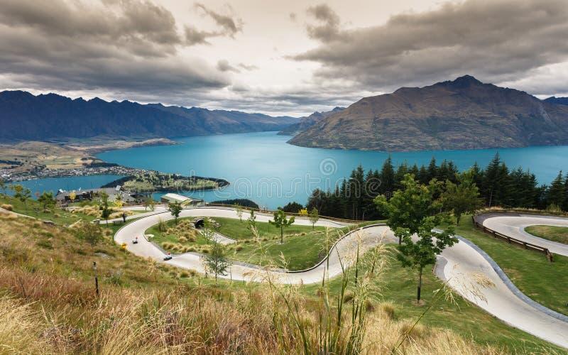Pista de Luge con el lago y la montaña hermosos imagen de archivo