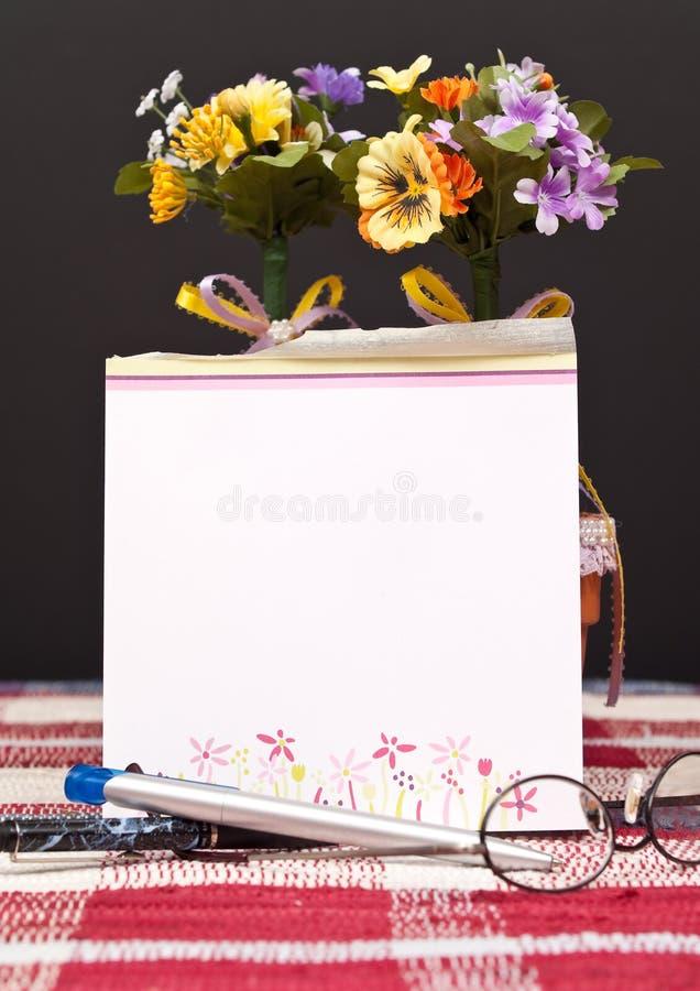 Pista de nota con las plumas imagen de archivo libre de regalías