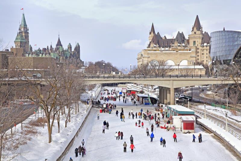 Pista de patinagem do canal de Rideau em Ottawa e no parlamento canadense imagem de stock
