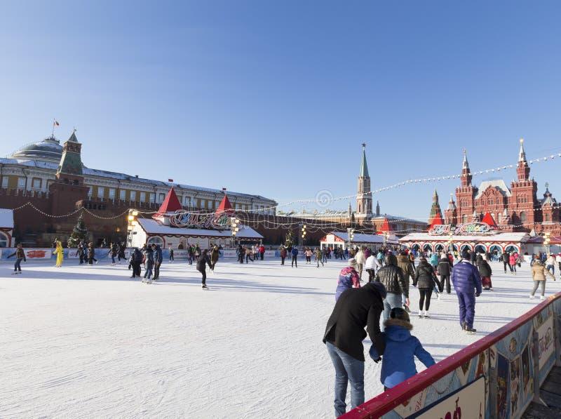 A pista de patinagem no quadrado vermelho antes do Natal fotos de stock