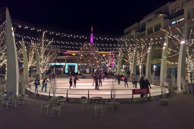 Pista de patinaje al aire libre de hielo en la noche fotografía de archivo libre de regalías